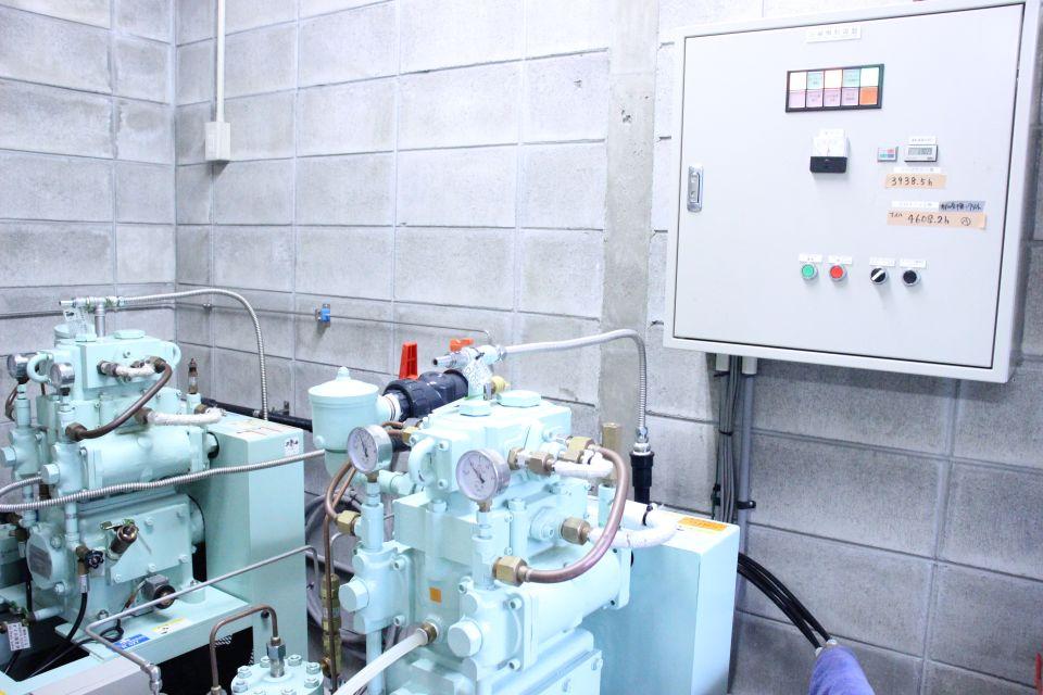 この大きな機械で圧縮空気を作ります。ダイビングには必要不可欠な機械です。