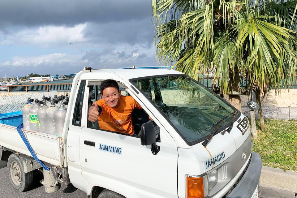 ンク配達専用の車両に積み込んで配達します。主に町内の港やビーチへの配達となります。